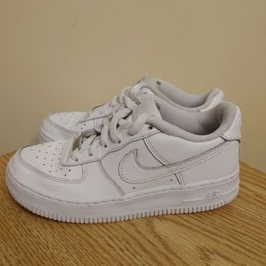 Nike Air kids Unisex White Sneakers size 4Y